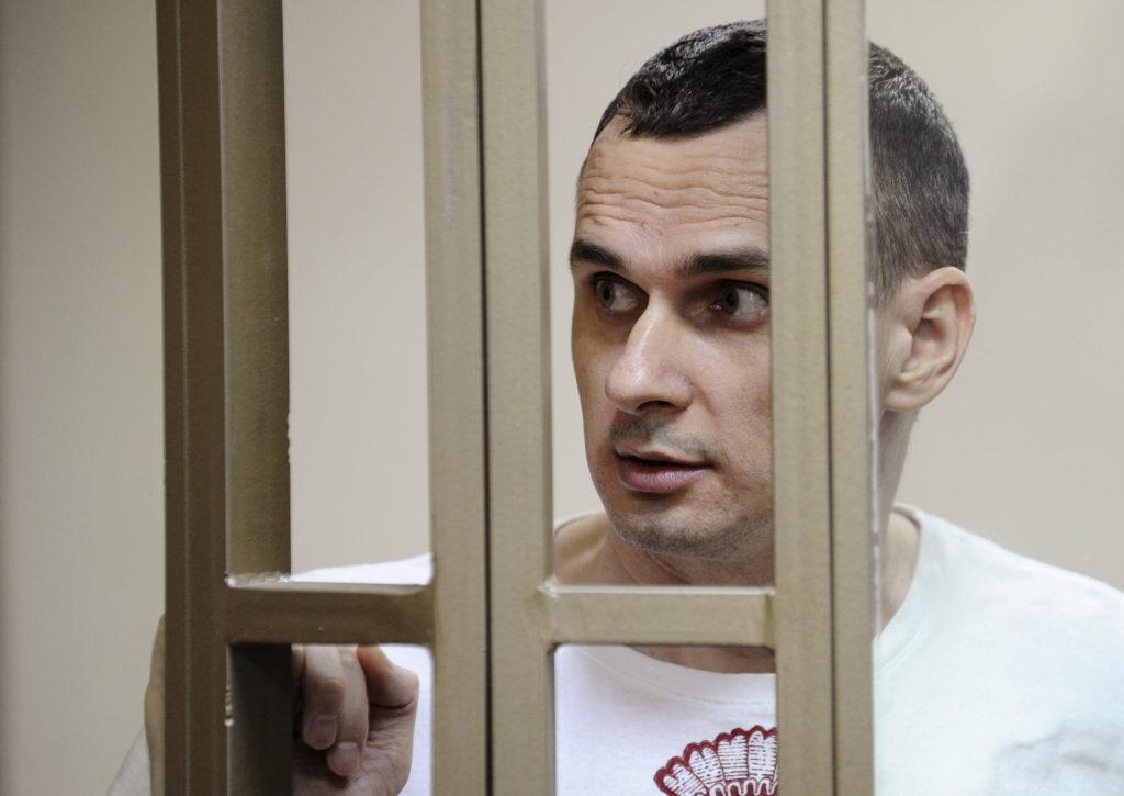 El director de cinema ucraïnès Oleg Sentsov esperant una audiència a Rostov-on-Don, Rússia, el 25 d'agost del 2015 |Foto: Reuters/ACN