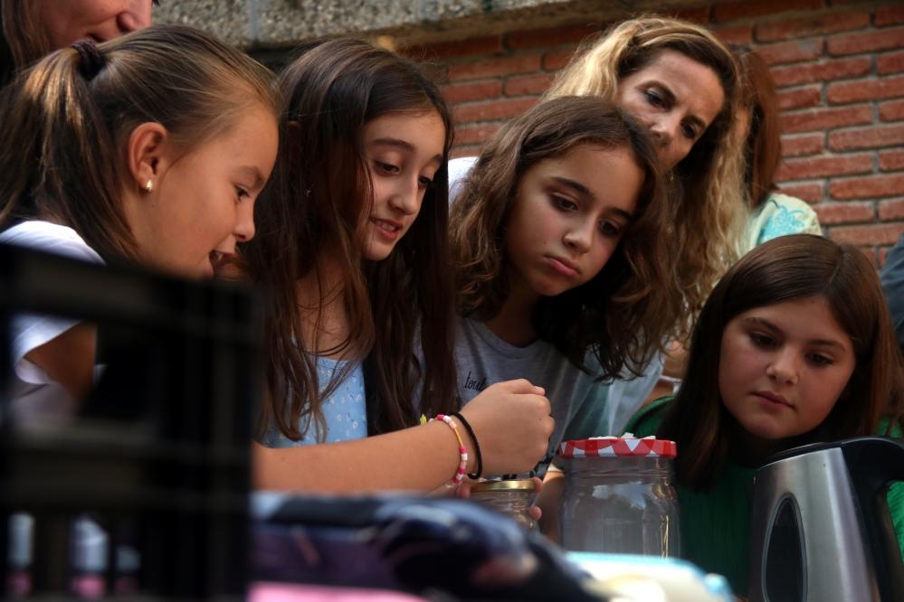 Un grup de nenes fent experiments amb laca a l'escola Montseny, el 18 de setembre de 2019   Foto: Elisenda Rosanas / ACN