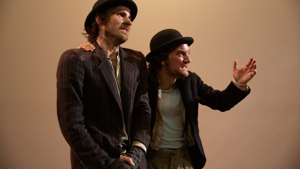 Nao Albet i Pol López protagonitzen 'Esperant Godot' a la Sala Beckett. © Kiku Piñol