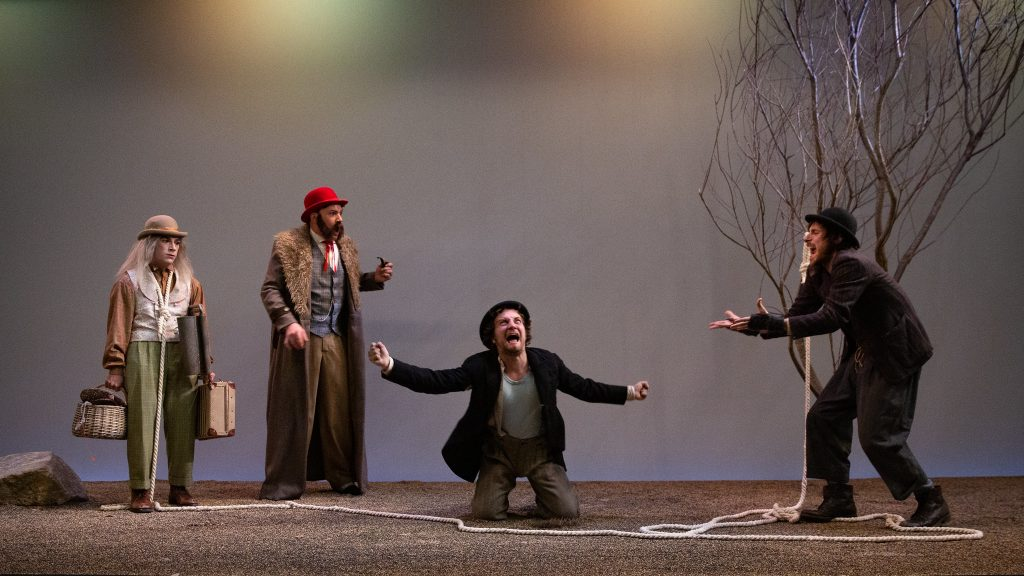 Una escena del muntatge 'Esperant Godot' a la Sala Beckett. © Kiku Piñol
