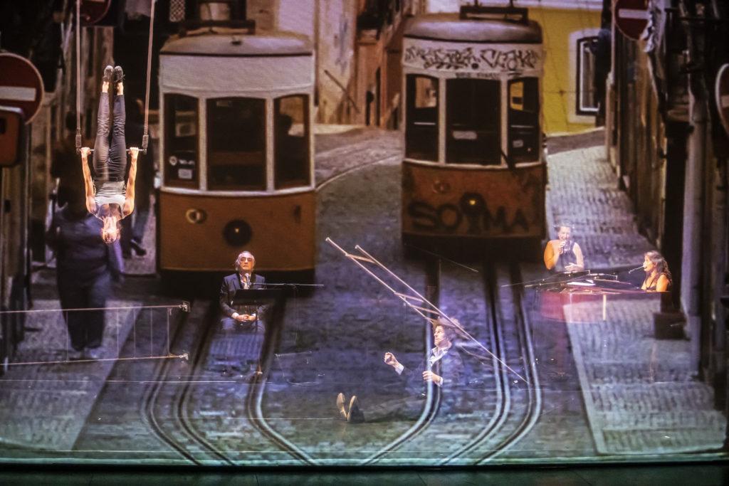Poesia, música i circ a 'El fingidor', un espectacle sobre Fernando Pessoa. © Martí Fradera